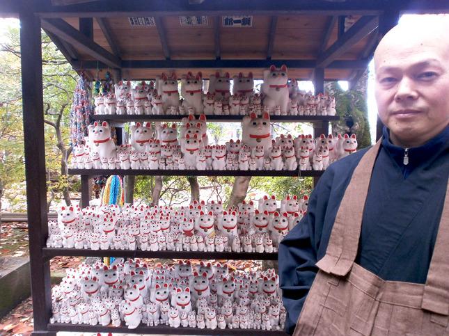 豊かな緑と招き猫に囲まれた豪徳寺の副住職、粕川さん
