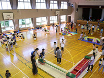 子どもたちが保育者のプロを目指す学生と遊べる場所