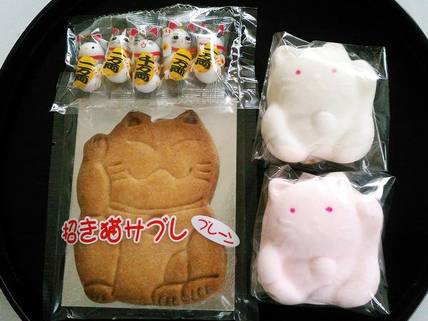 招き猫ゆかりのお菓子が勢ぞろいの画像