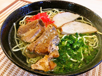石垣島の新鮮食材を使用した本格沖縄そばが人気!