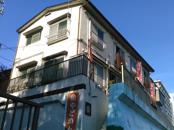 木造アパートを改装した斬新なビジネス旅館の画像