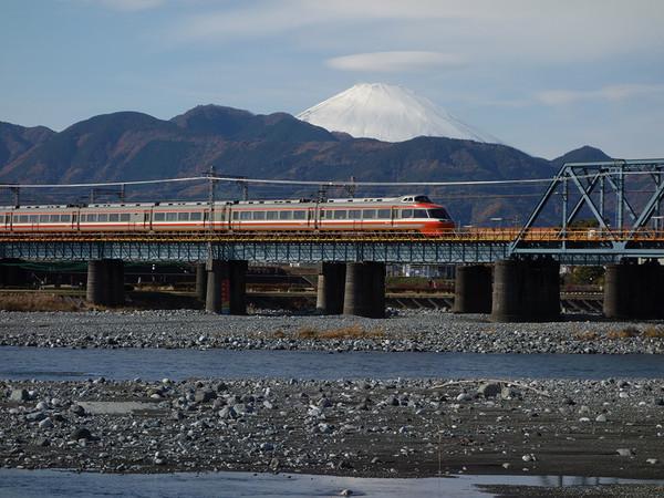 富士山とロマンスカーの絶景スポットの画像