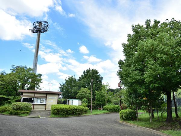 野球場とテニスコートもあるコンパクトな公園