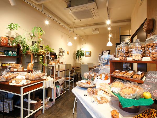 多彩なパンと自然な甘さのお菓子に出会える工房直売所