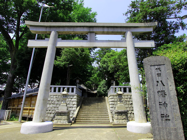 歩道橋で繋がっているパワースポット、代田八幡神社の画像