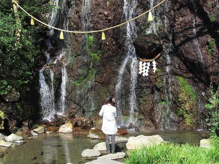 やさしい水音と流れに癒やされる「玉簾の瀧」