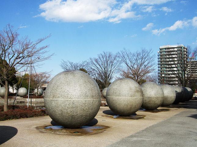 ただのオブジェではない!池を囲む謎の球体