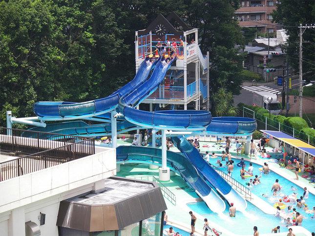 ウォータースライダーのある大人気の屋外プール!