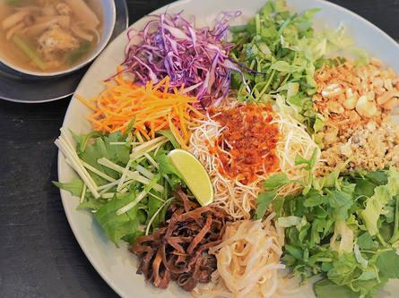 行列の先の隠れ家で人気のカラフル野菜たっぷり麺!