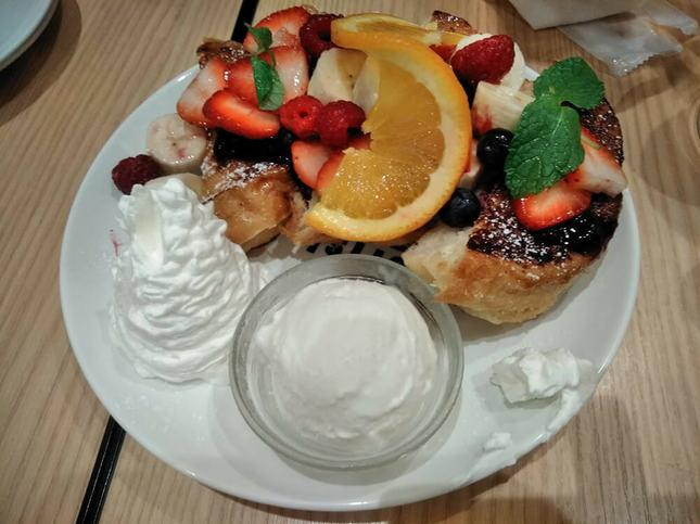 フルーツたっぷりのフレンチトースト
