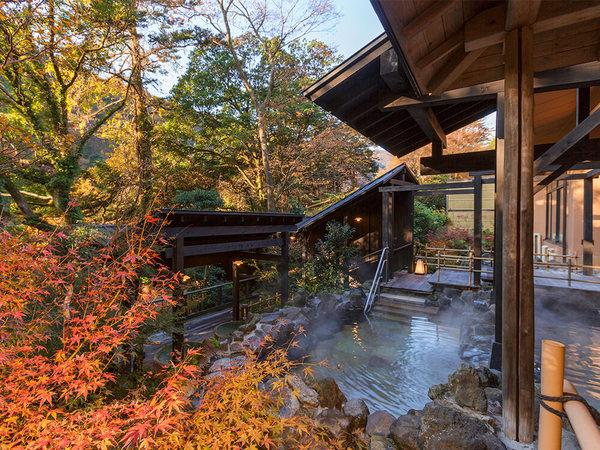 紅葉を楽しめる露天風呂の画像