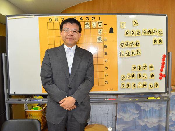 将棋の魅力を子供達に指導するプロ棋士の勝又清和六段の画像