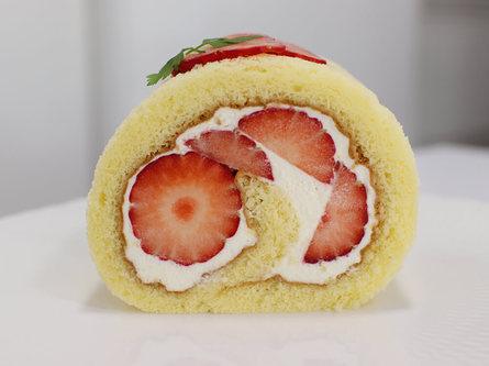 苺の季節限定!フルーツパーラーの苺のロールケーキ!