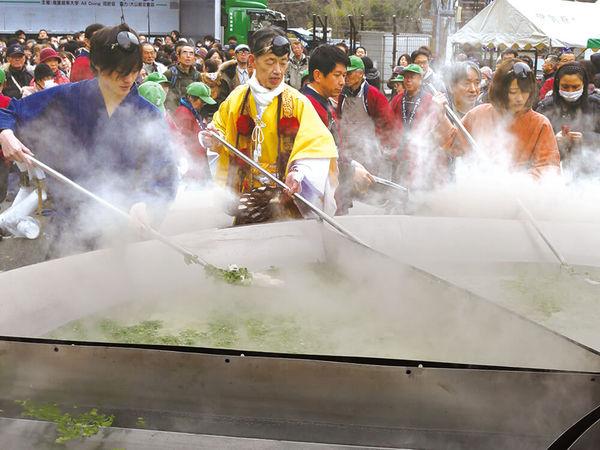 巨大な豆腐鍋に、豆腐の早喰い大会?