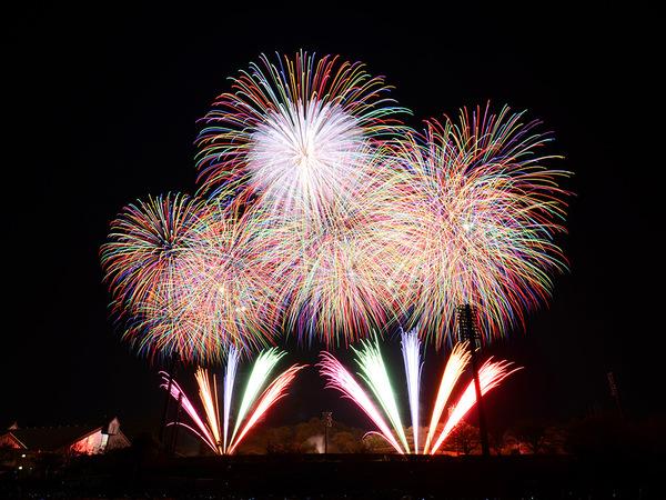 伊勢原の夜空を彩る芸術花火の画像