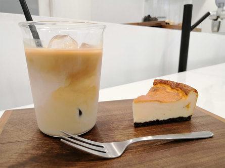 意外とほっこりできる白い不思議空間のカフェ
