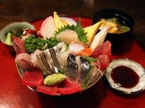 どんぶりからこぼれ落ちそうな海鮮丼!