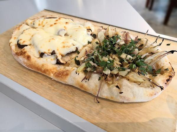 エンボカは平日ランチが穴場!野菜ピザをお気軽に。