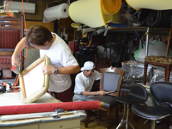 大事な椅子を手作業で修理し再生の画像