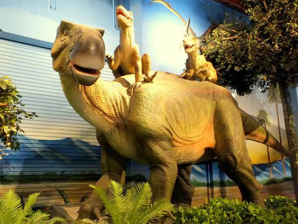 動く恐竜が出迎えてくれるレストランの画像