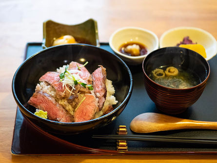 テレビで紹介され大人気の絶品ステーキ丼を、箱根宮ノ下で。