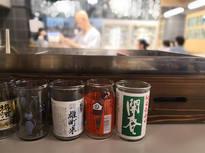 種類豊富なカップ酒と個性的なアテがグッとくる酒場