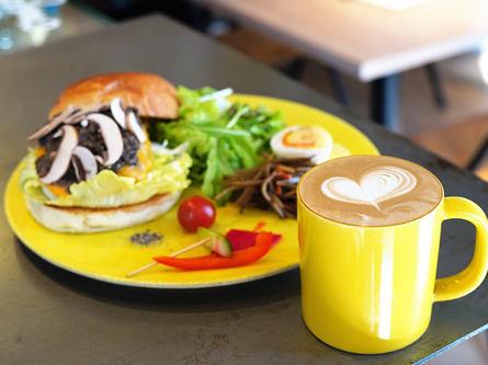 黄色いマグカップがかわいい住宅街のカフェ