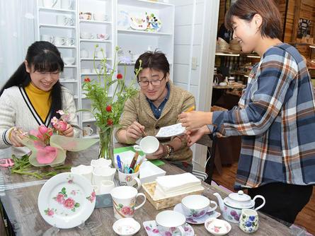 白磁器や生花アレンジメントで心を込めた手作り品を