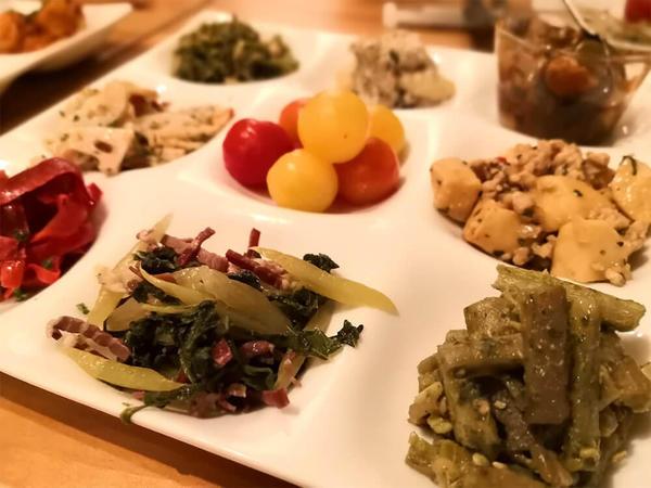 手の込んだ野菜前菜やお肉料理が秀逸なワインビストロの画像