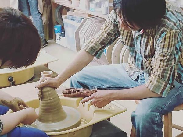 初心者も安心、充実した環境で陶芸家が指導