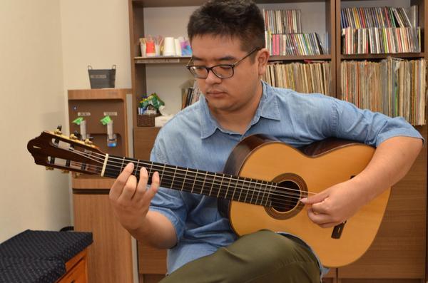 マルチに曲を弾きこなす〝スーパーギタリスト〞