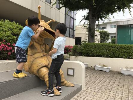 街の新たな人気者・カネゴン像