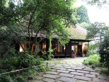 今は珍しい茅葺屋根!吉田茂の側近が暮らした「武相荘」ってどんなところ?