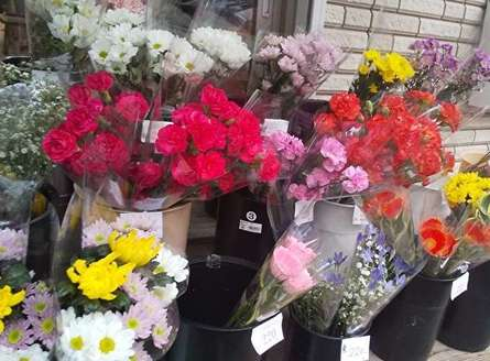 鮮度の良い花束が200円のお花屋さん