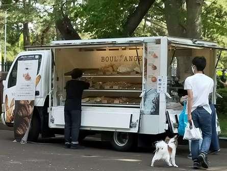砧公園の隣りにキッチンカーのパン屋さん現れる