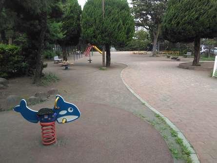 ユニークな遊具と広場スペースのある公園